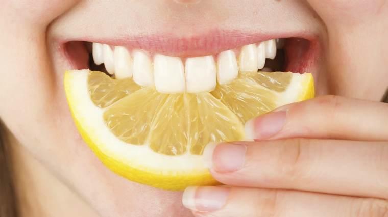 Как отбелить зубы лимоном