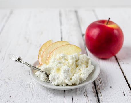 Перекусы для похудения- яблоко и творог